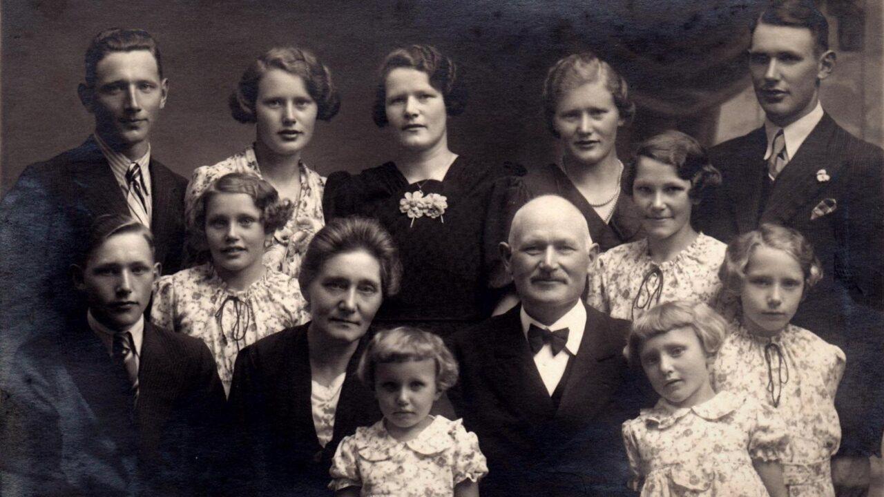 Sølvbryllup, mormor og morfar, samt deres 11 børn er samlet